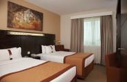 Holiday-Inn-Express-Jumeirah-izba-s-dvoma-posteľami-dubaj.nadosah.sk